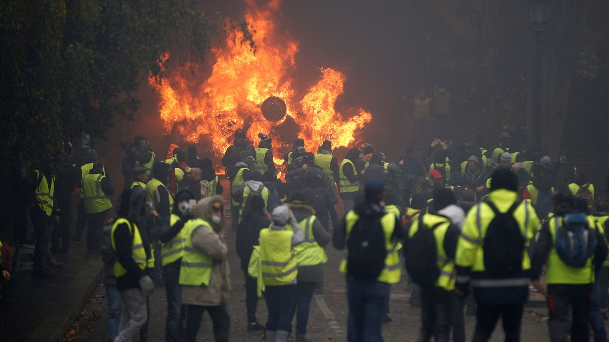 El fuego es la marca saliente de las protestas de este sábado (Reuters)