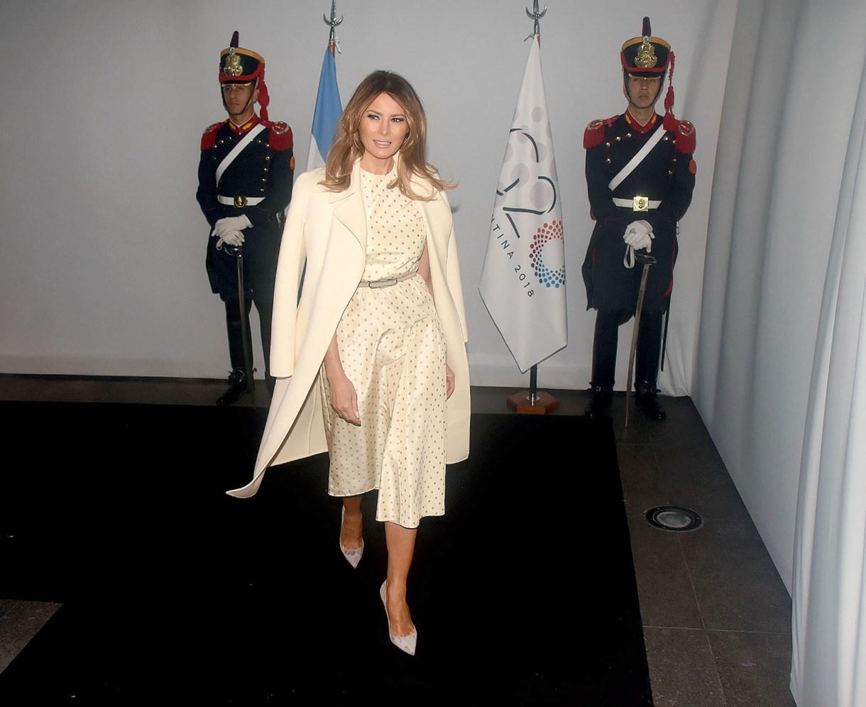 Melania Trump en su arribo al Malba. Un vestido polka dots en off white con tapado a tono y stilettos a tono con cinturón en gris