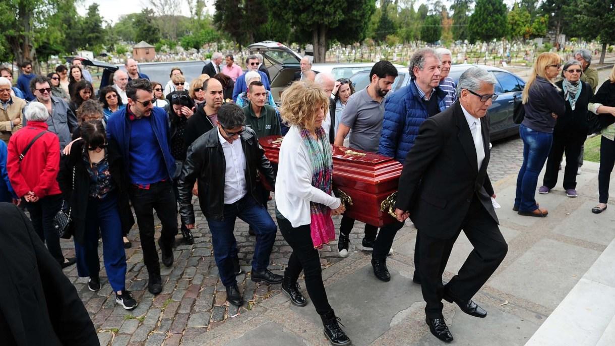 Sus familiares y amigos llevan el cajón rumbo a la capilla donde se realizó la misa de responso