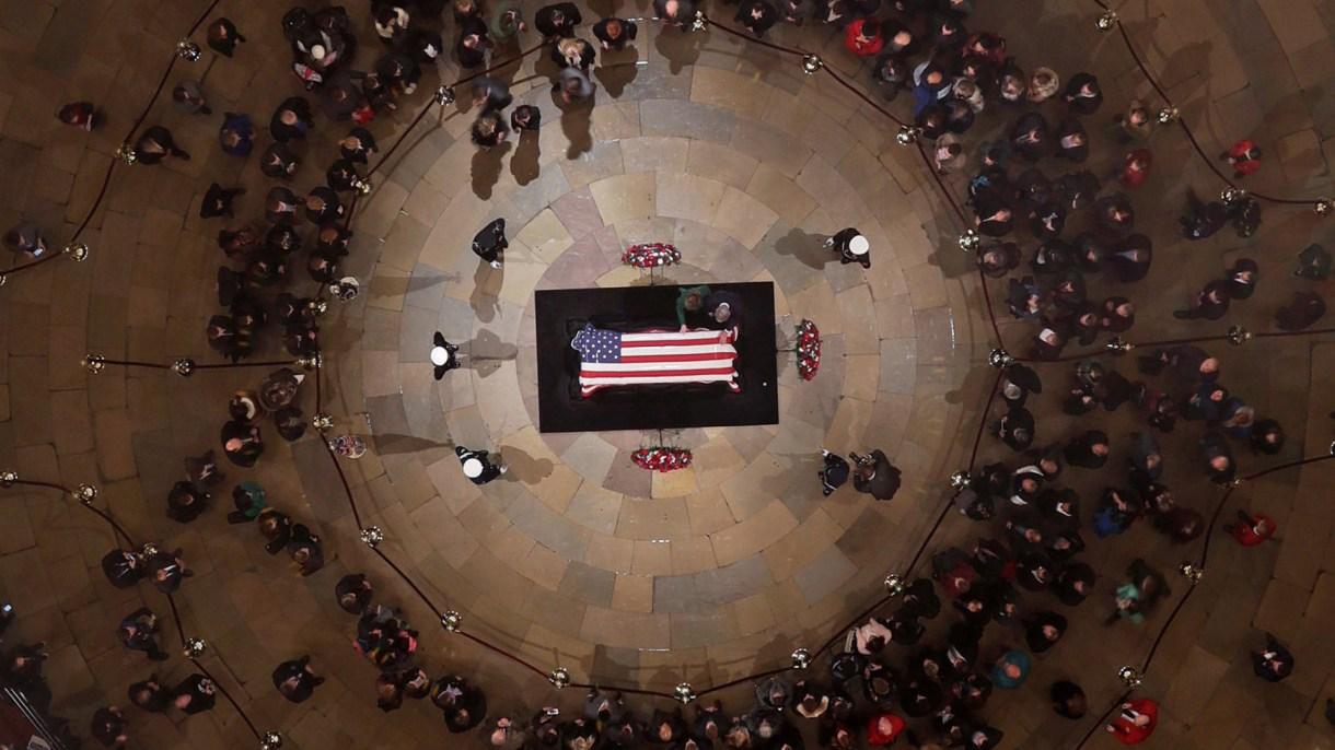 Así yacía el ex presidente George H. W. Bush en lacapilla ardiente del Capitolio (Reuters)