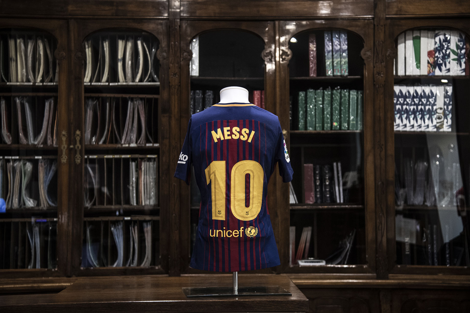 La camiseta de Lionel Messi es de la temporada pasada y tendrá un valor estimado de entre 750 y 1.000 euros (Photo by MARCO BERTORELLO / AFP)
