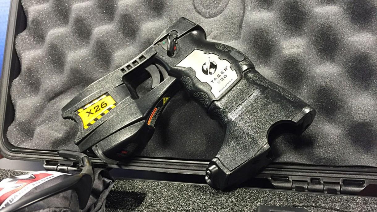 La Ciudad busca que la Policía pueda portar este tipo de armas de descarga eléctrica