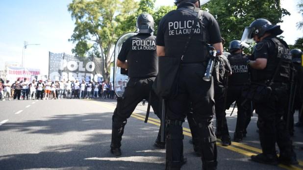 La Policía de la Ciudad les impide pasar a los manifestantes