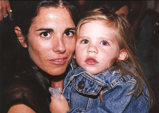 Laura en su infancia junto a su mamá Marisa Mondino (Instagram @laugrandinetti)
