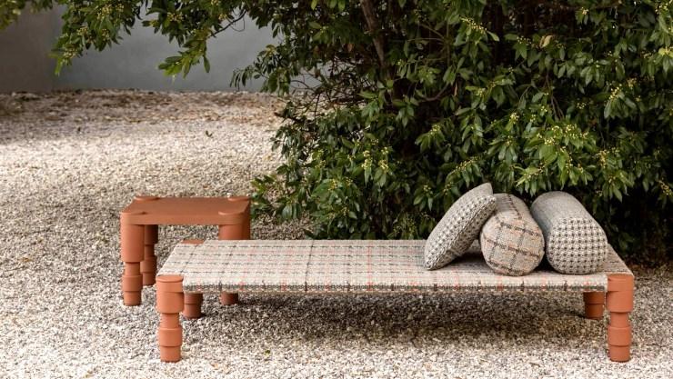 La colección Garden Layers pertenece a la firma española Gandia Blasco e incluye diseños de Patricia Urquiola. El tejido de la cama India está realizado con fibras de polipropileno, aptas para exteriores