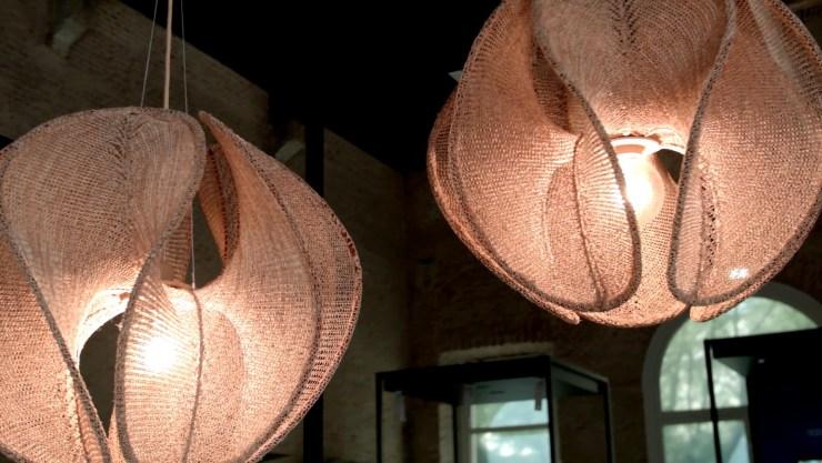 Las lámparas realizadas en corcho por el estudio Digitalab, fueron exhibidas por la firma automotriz Lexus en el concurso de proyectos sustentables en Milán (Federico Lo Bianco )