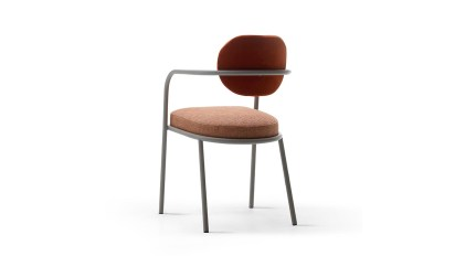 Ula es una colección de sillas que juega con los contrastes entre la delgada estructura de acero y las telas asiento y respaldo, bien coloridas. Según Confalonieri, se inspira en los vestidos tribales, donde el color desempeña un papel estratégico en la decoración del cuerpo humano