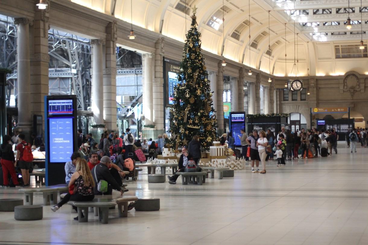 Desde lejos se puede observar el árbol de Navidad en la estación de Retiro