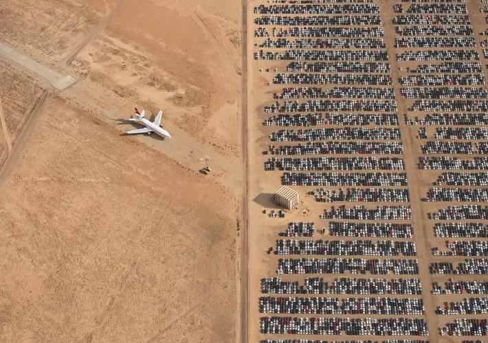Avión frente al cementerio de autos en Mojave, California