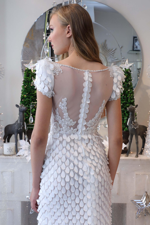 La parte superior, bordada con piedras e hilos de seda. La falda con pétalos de satín