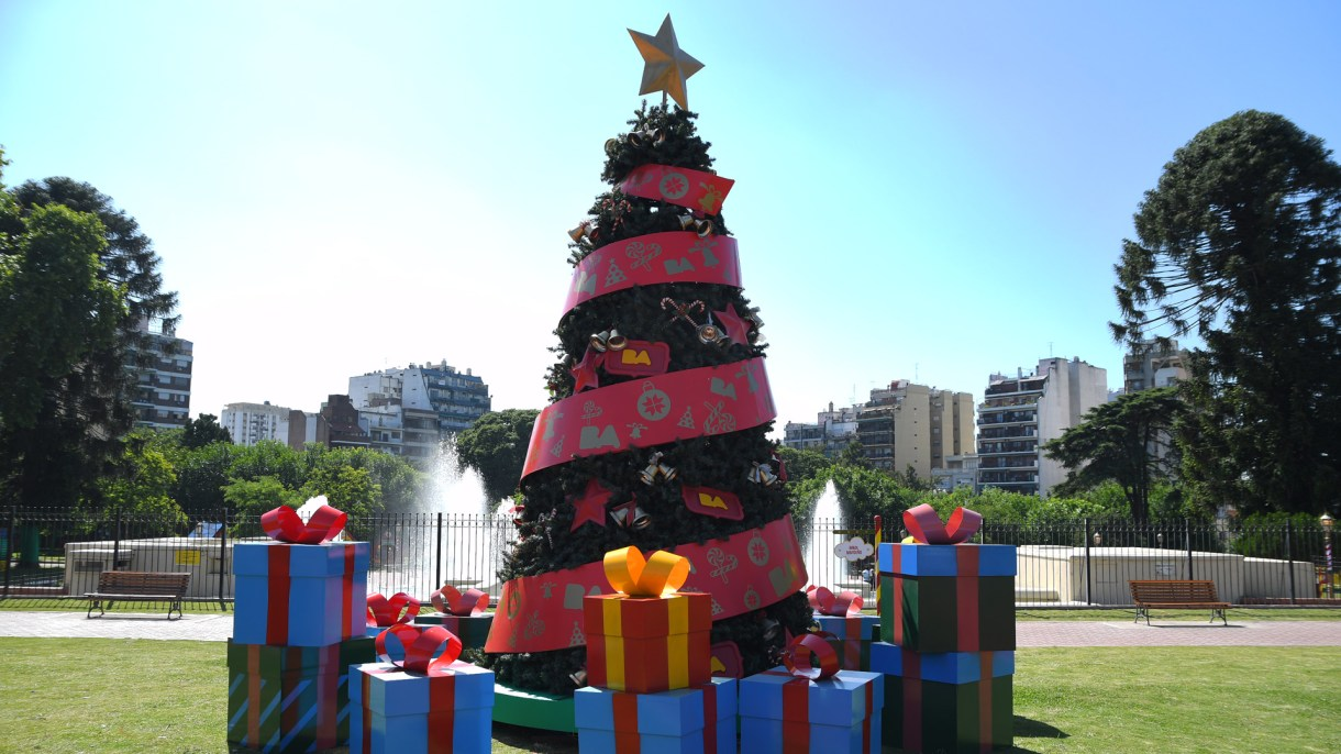 La plaza navideña de la Ciudad se trasladó al Parque Chacabuco con un árbol y regalosen tamaño grande