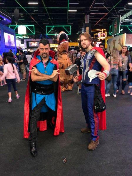 Rodrigo y Jeferson, locales, recreando al Doctor Strange y a Thor.