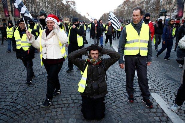 Un manifestante se arrodilla en solidaridad con los estudiantes detenidos tras las protestas (REUTERS/Christian Hartmann)