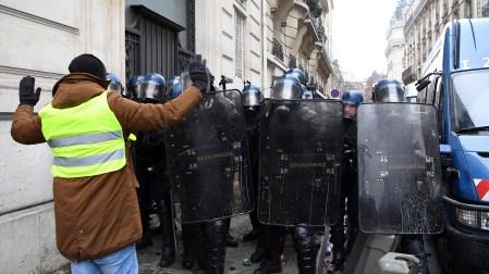 Macron cedió esta semana a algunas de las demandas de los manifestantes. Anuló el alza del gravamen a los combustibles, que formaba parte de un plan para combatir el cambio climático, y congeló los precios del gas y la electricidad durante los próximos meses (Photo by Eric FEFERBERG / AFP)