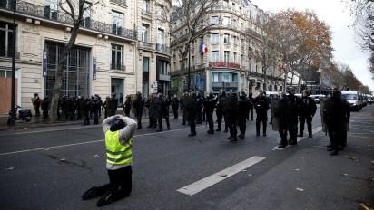 """En Marsella, 2.000 """"chalecos amarillos"""" desfilaban por el centro de esta ciudad del sureste de Francia. """"Es la primera vez que me manifiesto. Recibo 1.248 euros de jubilación y son mis cuatro hijos los que me tienen que ayudar"""", señala Sylvia Paloma, de 70 años (REUTERS/Stephane Mahe)"""