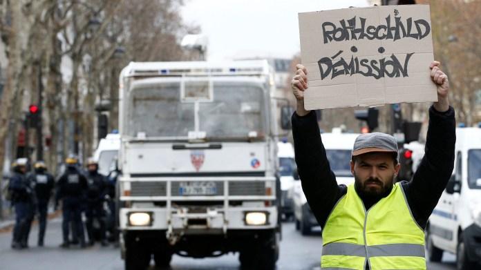 """En la frontera franco-española, los """"chalecos amarillos"""" montaron una barricada selectiva que bloqueaba el paso de los camiones procedentes de España, informó la prefectura de los Pirineos Atlánticos (REUTERS/Stephane Mahe)"""