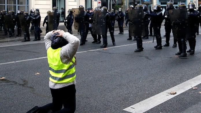 Los manifestantes bloqueaban varias carreteras del país. La autopista que conecta París con Burdeos (suroeste) estaba totalmente paralizada después de que un centenar de personas prendieran fuego a palés de madera y a neumáticos (REUTERS/Stephane Mahe)