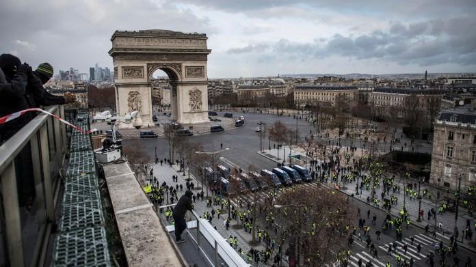 Alrededor de 1.500 personas se manifestaban en la célebre avenida parisina, según la prefectura de París, en donde casi todos los comercios están cerrados y sus entradas protegidas con tablas de madera para prevenir saqueos (EFE/EPA/CHRISTOPHE PETIT TESSON)