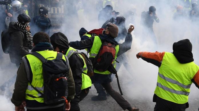 Por la mañana la policía usó gases lacrimógenos para hacer retroceder a manifestantes en una calle adyacente a los Campos Elíseos, cerca del Arco del Triunfo, epicentro de los disturbios del fin de semana pasado (AFP)
