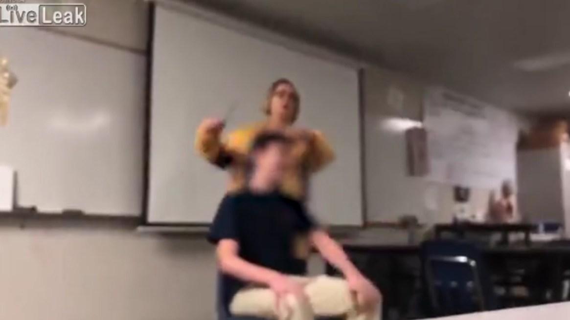 La profesora le cortó el pelo a la fuerza a un alumno