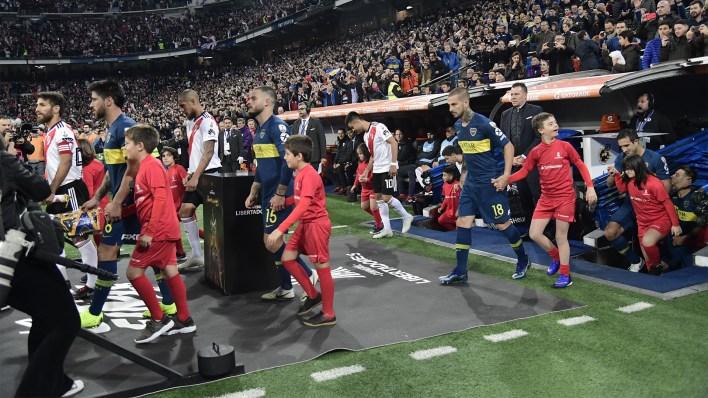 Los equipos salieron a la cancha juntos, con estilo europeo