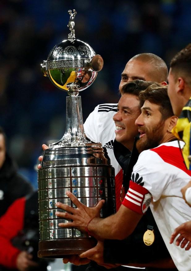 Leo Ponzio junto a Marcelo Gallardo con la Copa Libertadores obtenida ante Boca en el Santiago Bernabéi (REUTERS)