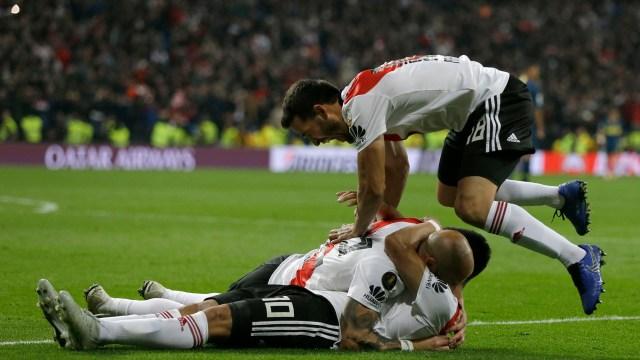 Los jugadores festejan el tercer gol de Gonzalo Martinez (AP Photo/Thanassis Stavrakis)