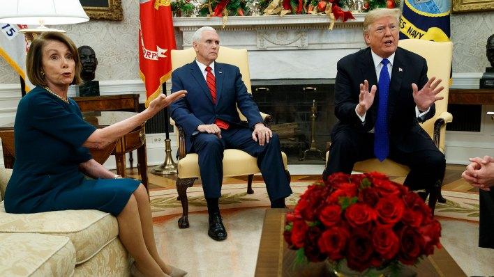 Nancy Pelosi, Chick Shumer y Donald Trump en el Salón Oval de la Casa Blanca (AP)