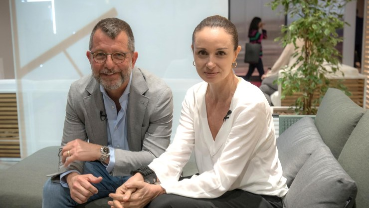 Gabi López junto a Daniel Germani en el stand de la firma española Gandia Blasco, en el Salone del Mobile de Milán. Germani expuso su última colección llamada Solanas (Federico Lo Bianco)