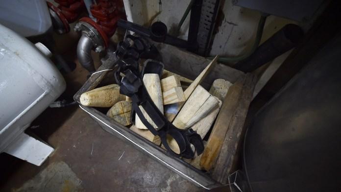 En la sala de máquinas, tacos de madera utilizados para tapar eventuales fisuras en el casco (Guillermo Llamos)