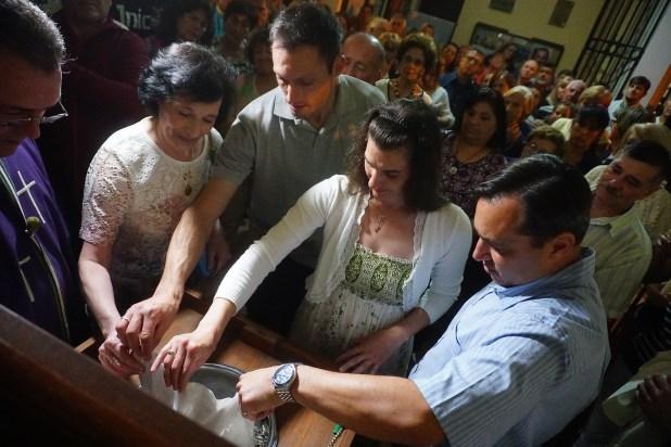 La familia unida volcó las cenizas del Luis Castagnari en el mismo cinerario de la parroquia donde yacen la de Gustavito: así, cumplieron el último deseo de su padre y esposo (Daniel Ramonell)