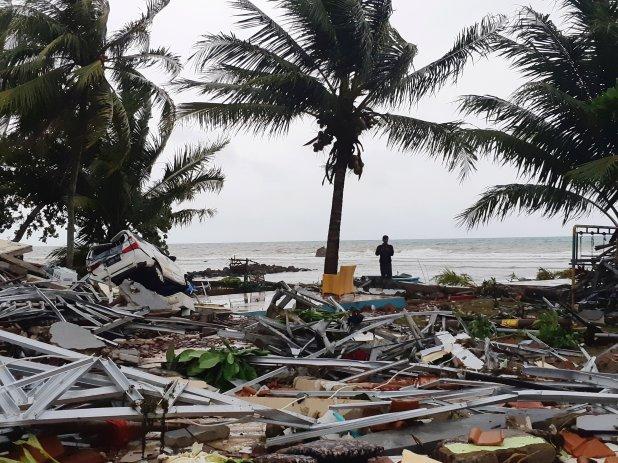 Una persona observa los destrozos desde la orilla