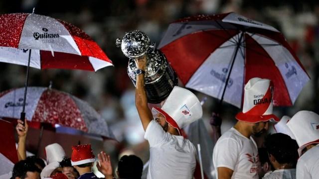 El trofeo más preciado en lo alto. La Copa Libertadores