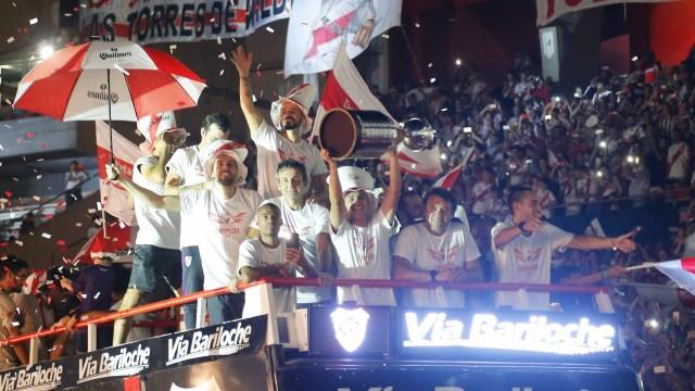 La ofrenda, la Copa Libertadores, para el público que llenó el Monumental