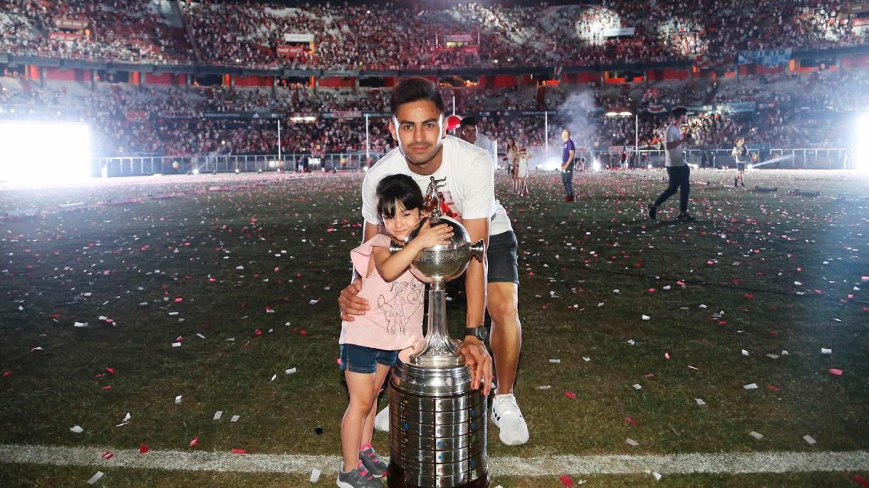"""El """"Pity"""" Martínez junto a su hija y la Copa Libertadores"""