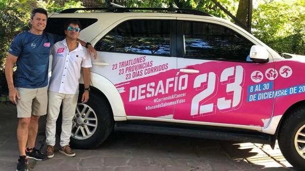 Junto a la camioneta en la que realizan el Desafío 23 (@triatlondesafio23)
