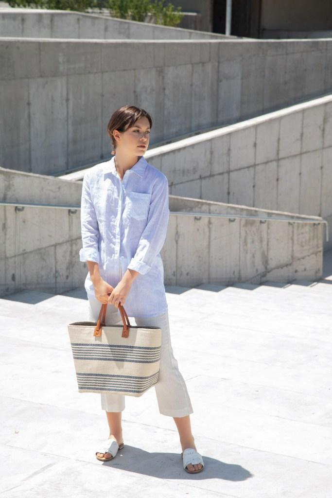 Camisa de lino a rayas ($ 2.200, Clara Ibarguren), pantalón de lino sastrero ($ 3.190, Trosman), chatas de cuero ($ 2.000, Grimoldi) y canasto de rafia ($ 1.650, XL Extra Large).