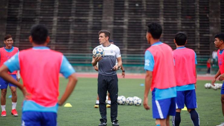 Félix González Dalmas, al frente de una práctica con la Selección de Camboya