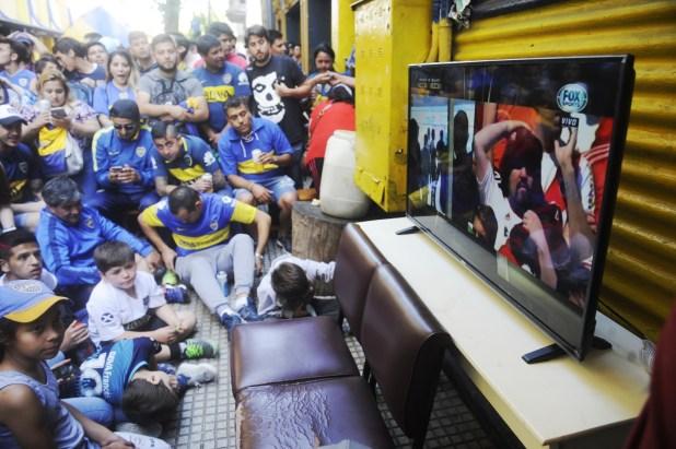 Hinchas de Boca esperan afuera de la Bombonera que arranque la final de vuelta la Copa Libertadores en el estadio Monumental (Dino Calvo)