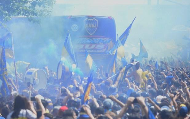 Hinchas de Boca despiden al equipo en Puerto Madero antes de la partida hacia el Monumental (Dino Calvo)