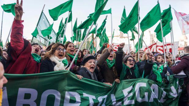 Festejo de los militantes pro aborto luego de que la Cámara de Diputados le dé media sanción al proyecto de ley para la interrupción voluntaria del embarazo (Julieta Ferrario)