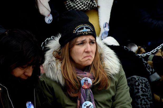 Familiares de los tripulantes del submarino Ara San Juan protestan encadenados frente a la Casa Rosada (Nicolás Sturlberg)