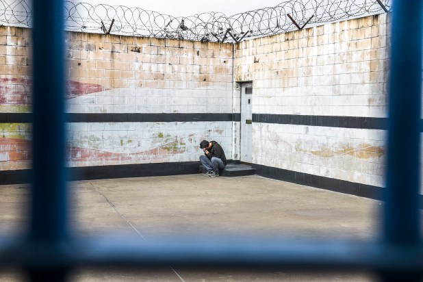 Un presidiario de la Unidad Penitenciaria 48 de San Martín intenta hablar por teléfono (Guille Llamos)