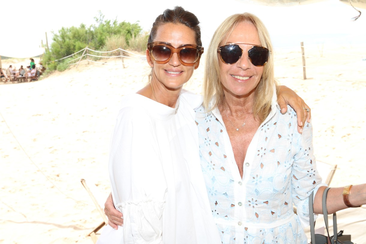 Mercedes Ocampo -con degradé marrón- y Amelia Saban -modelo Dior estilo aviador- en un almuerzo en La Huella