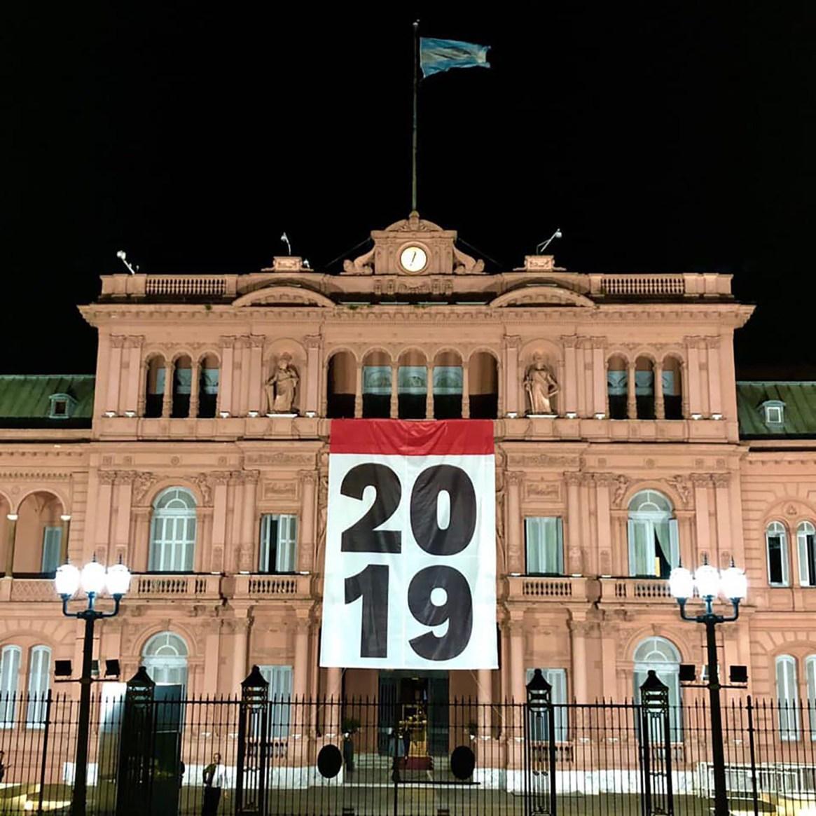 """Sorpresa. Para recibir el nuevo año, el gobierno colgó un afiche con el número """"2019"""""""