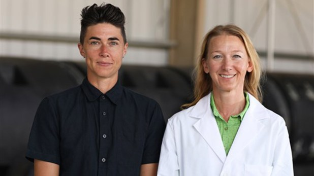 Katrina Spade, a la izquierda, con la investigadora Lynne Carpenter-Boggs. (Washington State University)