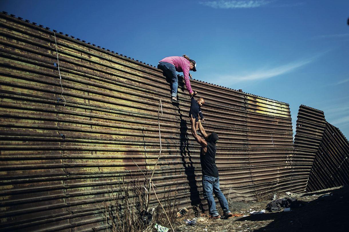 La frontera Estados Unidos-México se encuentra en ebullición. En Tijuana, diariamente, se viven escenas como ésta. Drama en estado puro.