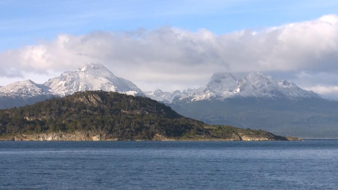 El parque cuenta con picos que se alternan con valles, además de ríos y lagos originados por el deshielo de los glaciares