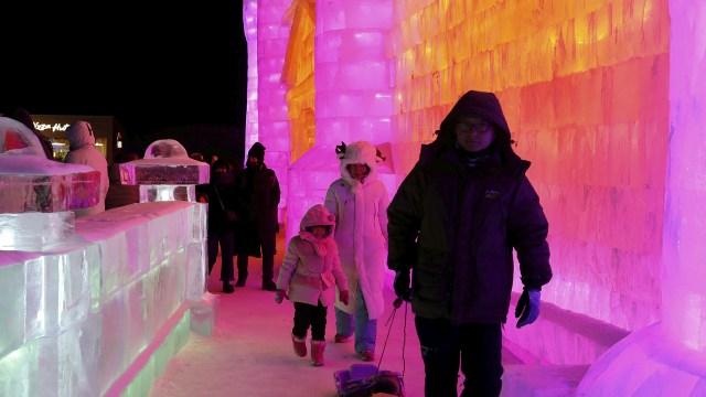 Una familia camina por los pasillos de hielo de Harbin
