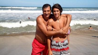 Fabio junto a Agustín, su hijo, en la playa de Villa Gesell. (Fpto: gentileza familia Irustia)